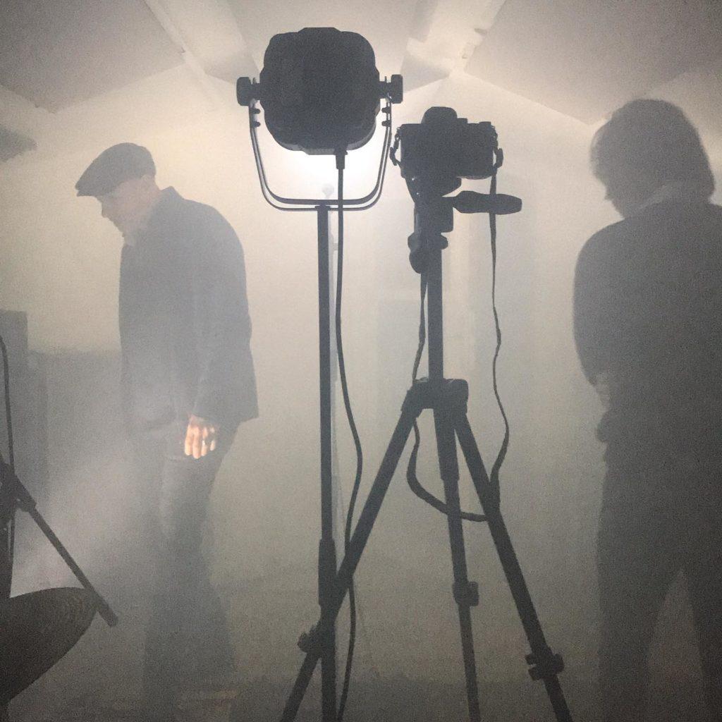 Ambiance brouillard dans un studio d'enregistrement avec des hommes, des caméras et des lumières. @ Milos Asian - Kitchen Studio