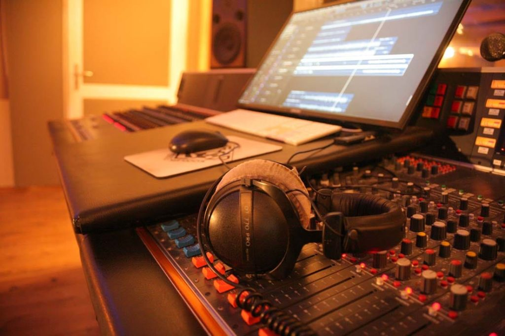 Studio Lyon : Console de mixage analogique, casque et ordinateur de studio. @ Woodlark Studio