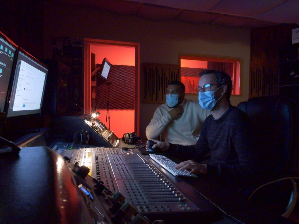 Studio Replug : deux ingénieurs son travaillant dans un studio d'enregistrement