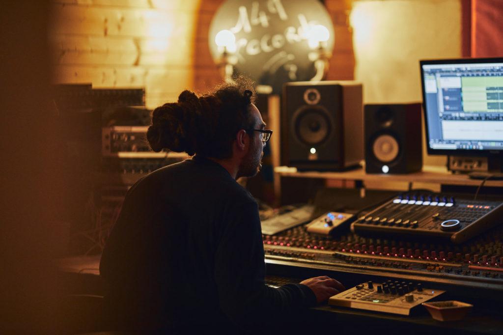 149 studio : table de mixage d'un studio d'enregistrement à Nice