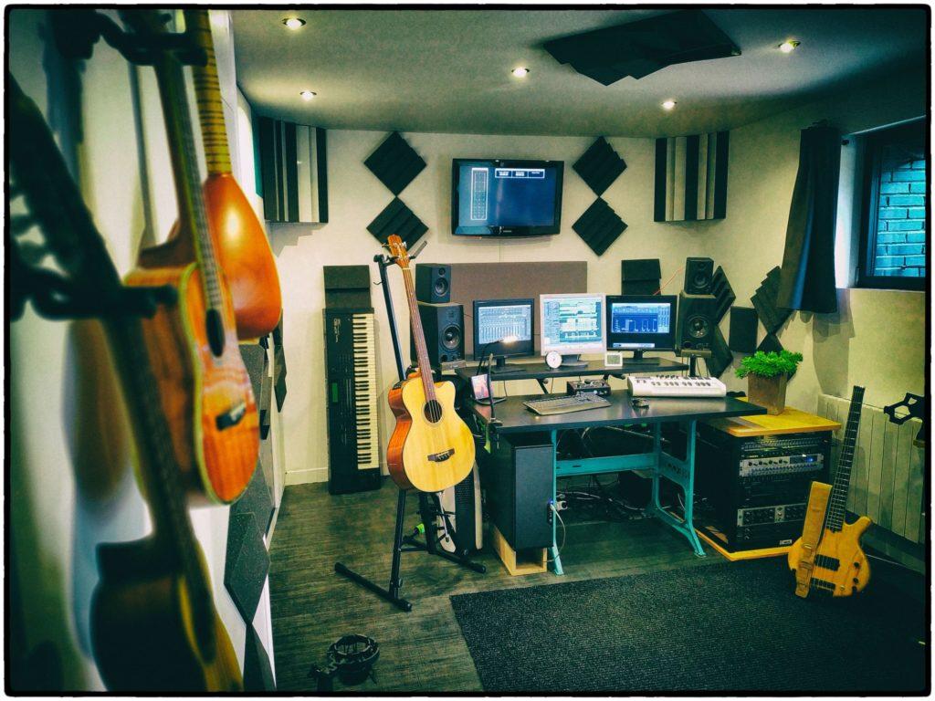 Studio du Bourgneuf : table de mixage et instruments d'un studio d'enregistrement à Chartres
