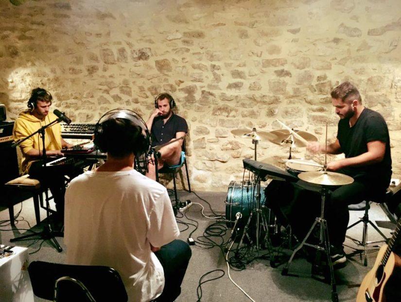 Kiwi Records : groupe enregistrant un morceau dans un studio à Montpellier